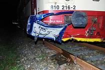 UŽ DRUHÁ TRAGÉDIE NA TŘEMOŠNICKU BĚHEM VÍKENDU. U vápenky v Třemošnici se srazilo osobní auto s vlakem. Spolujezdec je mrtvý, řidič skončil v nemocnici, cestující ve vlaku utrpěli oděrky a především pořádný šok.