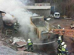 V kamenolomu hořelo a škody šplhají do milionů.