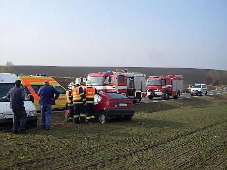 Řidička Škody Felicie z dosud nezjištěných příčin sjela ze silnice před Hrochovým Týncem a narazila do betonového sloupku. Hasiči ji z vozu museli vyprostit.