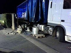 Kamion převážel tisícilitrové nádrže s disperzní barvou. Jedna nádoba praskla.