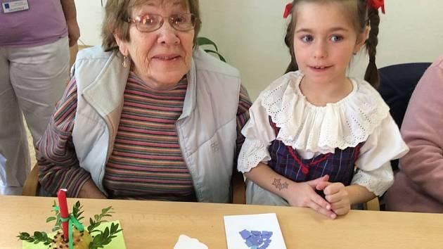 Dětský folklorní soubor Kuřátka potěšil v týdnu klienty Denního stacionáře Jitřenka v Chrudimi. Děti zazpívaly koledy a všichni společně vytvářeli vánoční svícny.