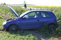 Neznámý řidič mezi obcemi Čankovice a Městec v pondělí 11. května v 16:40  předjížděl další vozidlo a ohrozil přitom řidičku Opelu Corsa, která následně havarovala v příkopu.