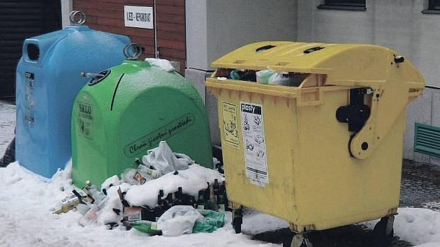 """PŘÍMO V SOUSEDSTVÍ cedule """"Zákaz skládky"""" je na zemi u archivu naházený odpad."""
