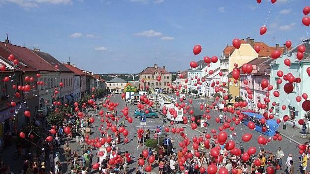 Na nebe bylo při skutečském posvícení vypuštěno sedm set dvacet balónků. Právě tolik let letos uplynulo od první písemné zmínky o městě Skutči.