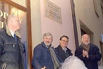Chrudimi vzdala hold svému rodákovi Milanu Vošmikovi, zesnulému režisérovi filmů pro děti a mládež, odhalením pamětní desky.