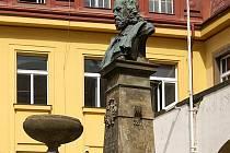 Restaurátoři pracují na soše Viktorina Kornela ze Vśehrd.