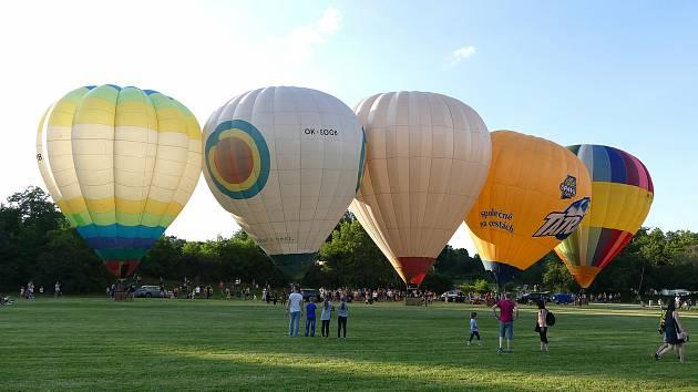 Za vysilující práci v nouzovém stavu se zdravotnice prolétly balónem.