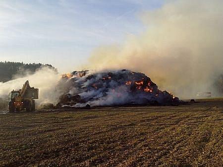 S požárem stohu v Hroubovicích bojovali hasiči asi čtyři hodiny.