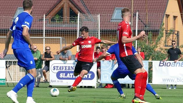 Otevřel skóre. Útočník Petr Rybička (v červeném) se prosadil podruhé za sebou, důležitou trefou poslal Chrudim do vedení.