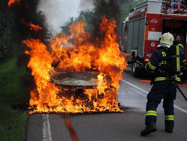 Plameny zcela zničily motor a část kabiny.