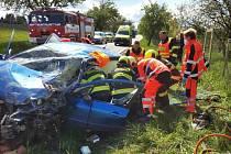 Mezi Lažany a Předhradím na Chrudimsku se srazil v zatáčce kamion s osobním autem.