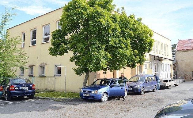 Za objekty na nádvoří městského úřadu v Pardubické ulici zaplatí město 5,5 milionu korun.