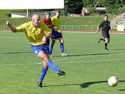 Jan Zvára střílí třetí gól.