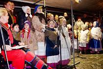 Na Resselově náměstí v Chrudimi se ke zpívání koled sešlo zhruba 200 lidí.