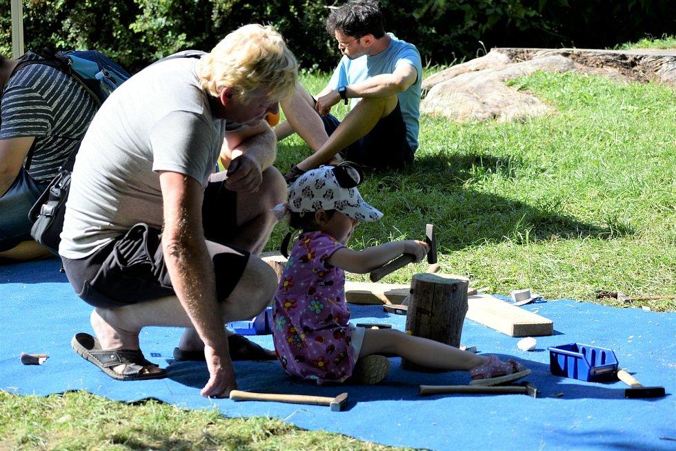 Zatímco děti si na Loutkářské Chrudimi užívají například dřevěnou dílnu, dospělí nepohrdnou divadelním představením nebo večerním koncertem v letním kině.