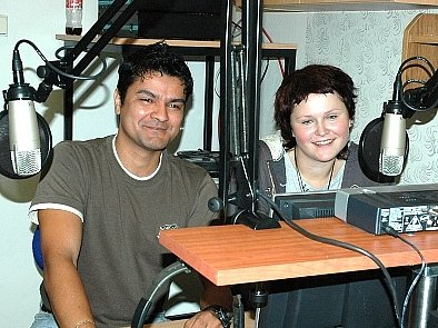 Moderátor Milan Krčil učí dobrovolnici Veroniku Šustrovou rozhlasové práci.