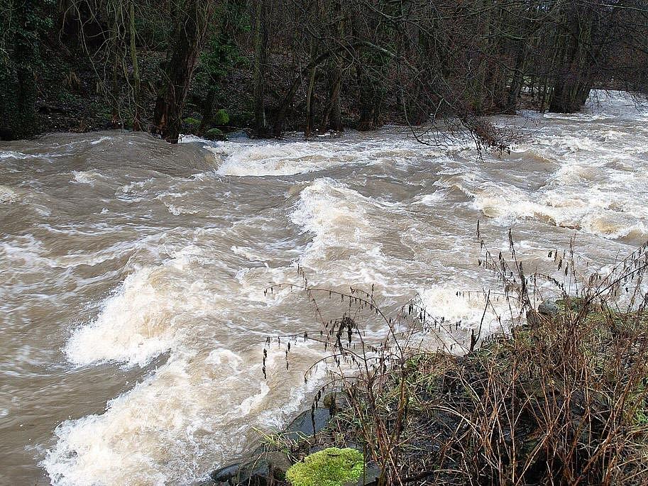 Rozvodněná řeka Doubrava v Ronově nad Douravou.