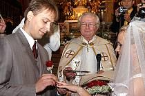 Svatbou v kostele Nanebevzetí Panny Marie v Chrudimi byl v sobotu oficiálně potvrzen vztah Radka Naumece z Chrudimi a Michaely Pavlišové z Přerova.