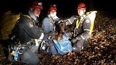 Dobrmana hasiči v pořádku nalezli.