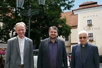 Zleva nový arciděkan Jan Šlégr, chrudimský starosta František Pilný a odcházející Jiří Heblt.