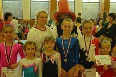 RADOST Z VÍTĚZSTVÍ oslavily gymnastky s pohádkovým Rumcajsem a Mankou.