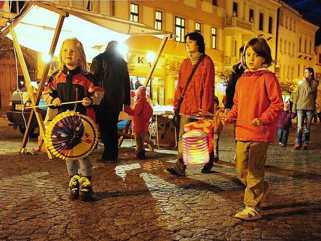 Tradiční podzimní Ukládání broučků se konalo ve čtvrtek 4. listopadu v Chrudimi.
