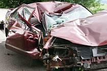 U obce Prosetín na Chrudimsku havaroval s vozem renault šestnáctiletý mladík. Náraz do stromu automobil zcela zdemoloval. Nezletilý řidič utrpěl při havárii těžká zranění, do nemocnice jej transportoval vrtulník.