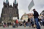 V Chrudimi na Resselově náměstí se sešlo ke dvěma stovkám lidí, mnozí z nich s transparenty a vlajkami.