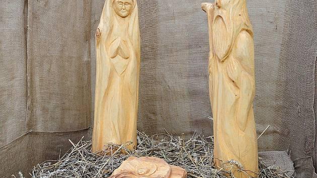 Dřevěné sousoší Svatá rodina - narození v Betlémě zdobí Resselovo náměstí.