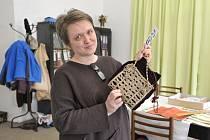 Ředitelka chrasteckého muzea Simona Divilová Zobačová s drhanou kabelkou ze sbírkového fondu.