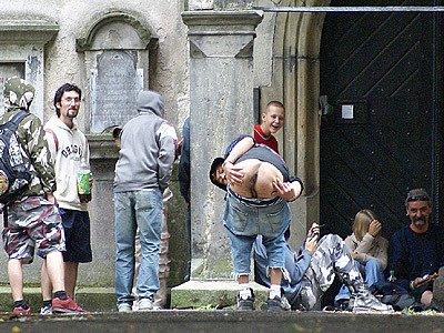 Pijáci a pobudové obtěžují lidi v parku.