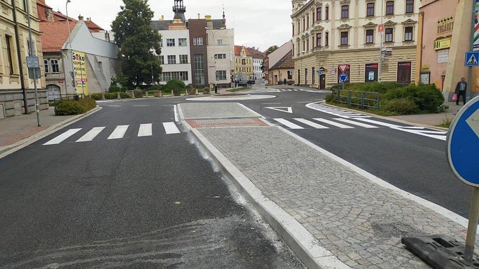 Oprava Masarykova náměstí v Chrudimi se dotkla i kruhové křižovatky.