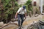 Dobrovolní hasiči z Chrudimě, Topole a Markovic pomáhali v Bludovicích na Jesenicku s likvidací škod, které napáchaly červnové povodně.