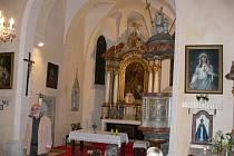 Honbický kostel je nádherný zvenčí i uvnitř. Opodál stojí