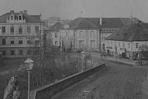 Která ulice je zachycena na snímku z 19. století?