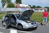 Audi zůstalo ponehodě nepojízdné.