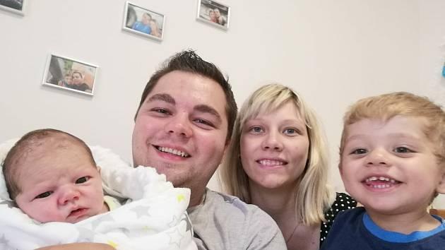 Antonín Kostelecký se narodil v neděli 21. 6. v 7:14 hodin. Měřil 50 cm a vážil 3030 g. Mamince Nikole byl u porodu velkou oporou tatínek Aleš. Doma v Holicích se na brášku těšil Vilém, kterému je rok a tři čtvrtě.