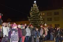 Česko zpívá koledy 2014 na náměstí v Heřmanově Městci.