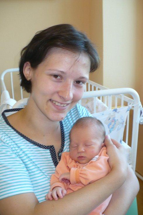 EMA VEJSOVÁ. Z prvorozené dcery se radují Lenka a Zdeněk z Vysokého Mýta. Poprvé se nadechla 28.7. v 8:10 s mírami 47 cm a 2,76 kg.
