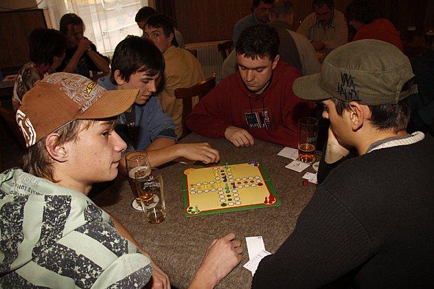 V restauraci U Karla v Hlinsku se konal turnaj v Člověče, nezlob se.