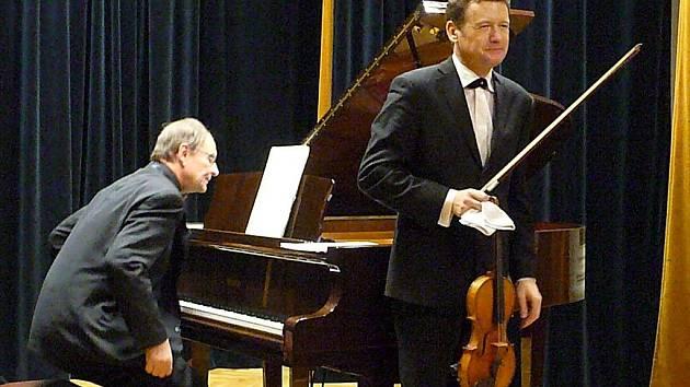 VE ČTVRTEK se v síni Jaroslava Doubravy v chrudimské základní umělecké škole konal koncert houslisty Ivana Ženatého a klavíristy Stanislava Bogunii.
