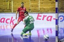 Českou Lípu načal ve druhé minutě přesnou střelou Brazilec Yuri (v červeném).