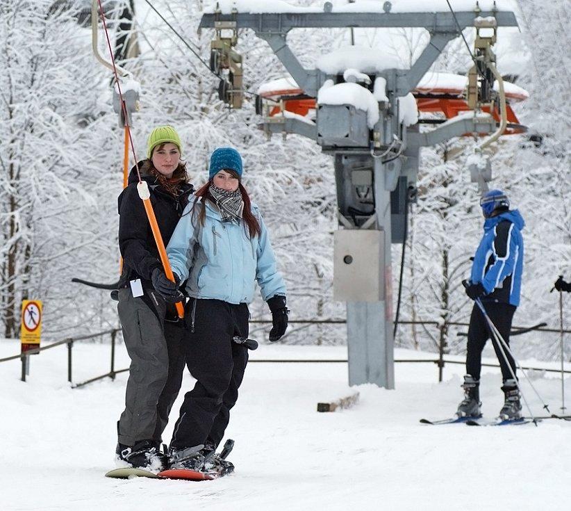 Lyžaři si v Hlinsku užívají přívalů sněhu.