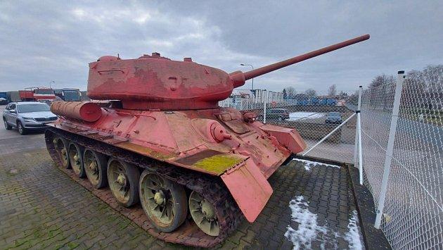 Tank a dělo odevzdal už vdubnu muž zKrálovéhradecka. Po legalizaci si je hodlá ponechat.