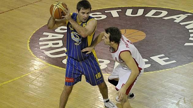 Basketbalisté Darrenu Chrudim prolomili ve II. lize prokletí venkovních zápasů a v derby porazili na její palubovce Teslu Pardubice.