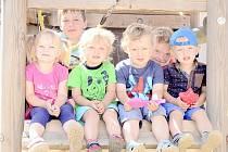 Děti na hřišti v chrudimské Koželužské ulici.