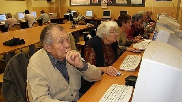 Senioři objevují taje internetu.