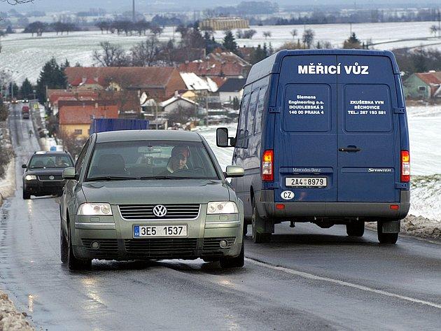 """Hluboké koleje jsou """"vyjeté"""" na silnici I/17 z Chrudimi do Hrochova Týnce. Kvůli mrazu však byla rekonstrukce silnice odložena."""