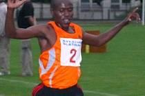 Henry Kosgei dobíhá vítězně do cíle v novém traťovém rekordu.