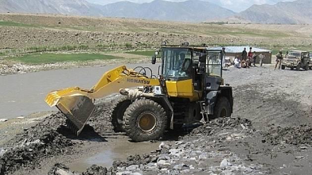 Vojáci pomáhají likvidovat následky přírodní katastrofy.
